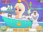 Elsa z bajki bierze prysznic