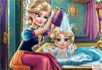 Elsa kąpie córkę