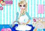 Elsa zmywa naczynia
